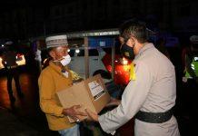 Patroli Skala Besar Pengetatan PPKM Mikro, Polda Bengkulu Bagikan Bansos pada Pedagang Kecil